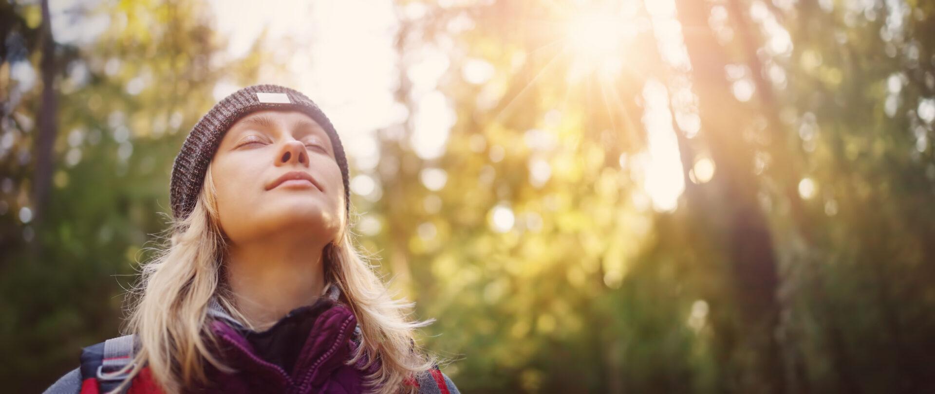 Waldbaden hilft gegen Stress im Alltag und entspannt